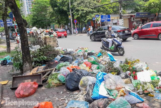 Xe vào bãi rác Nam Sơn bị chặn, phố phường Hà Nội ngập trong biển rác  - Ảnh 2.