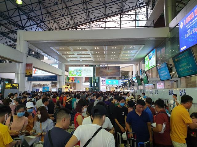 Sân bay Nội Bài chật ních trong ngày đầu của kỳ nghỉ hè muộn - Ảnh 1.