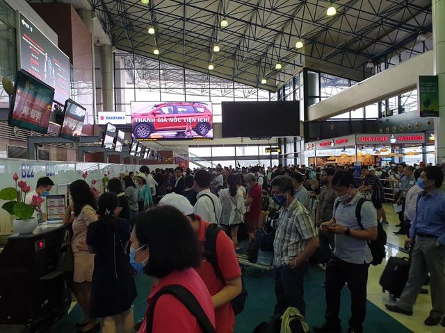 Sân bay Nội Bài chật ních trong ngày đầu của kỳ nghỉ hè muộn - Ảnh 2.