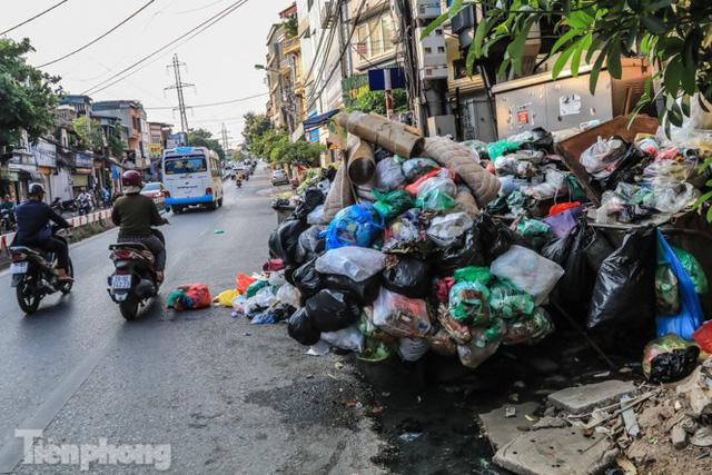 Xe vào bãi rác Nam Sơn bị chặn, phố phường Hà Nội ngập trong biển rác  - Ảnh 11.