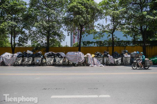 Xe vào bãi rác Nam Sơn bị chặn, phố phường Hà Nội ngập trong biển rác  - Ảnh 3.