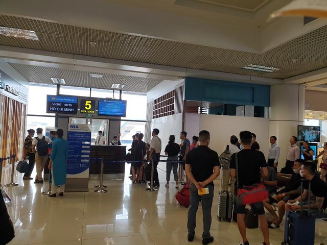 Sân bay Nội Bài chật ních trong ngày đầu của kỳ nghỉ hè muộn - Ảnh 3.
