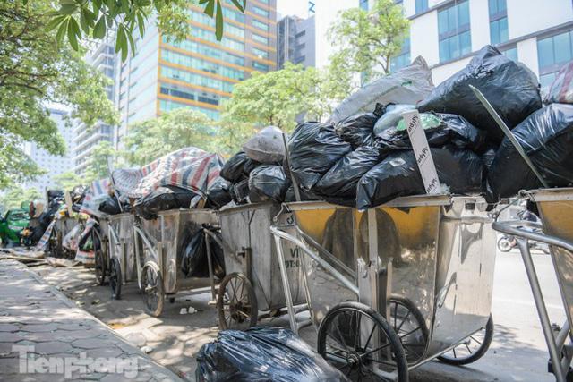 Xe vào bãi rác Nam Sơn bị chặn, phố phường Hà Nội ngập trong biển rác  - Ảnh 4.