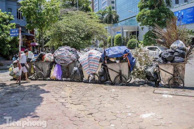 Xe vào bãi rác Nam Sơn bị chặn, phố phường Hà Nội ngập trong biển rác  - Ảnh 5.
