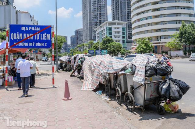 Xe vào bãi rác Nam Sơn bị chặn, phố phường Hà Nội ngập trong biển rác  - Ảnh 6.