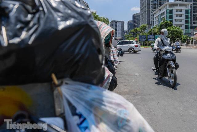 Xe vào bãi rác Nam Sơn bị chặn, phố phường Hà Nội ngập trong biển rác  - Ảnh 7.