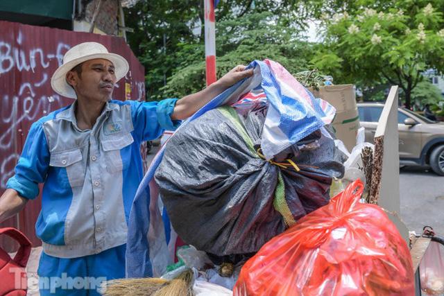Xe vào bãi rác Nam Sơn bị chặn, phố phường Hà Nội ngập trong biển rác  - Ảnh 8.