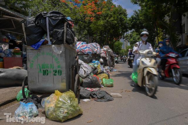 Xe vào bãi rác Nam Sơn bị chặn, phố phường Hà Nội ngập trong biển rác  - Ảnh 9.