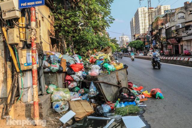 Xe vào bãi rác Nam Sơn bị chặn, phố phường Hà Nội ngập trong biển rác  - Ảnh 10.