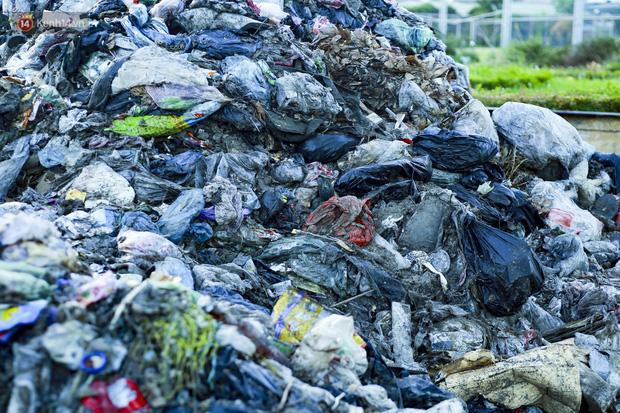 Những núi rác ngày một cao giữa Hà Nội khiến ai đi qua cũng phải bịt mũi, nín thở - Ảnh 3.