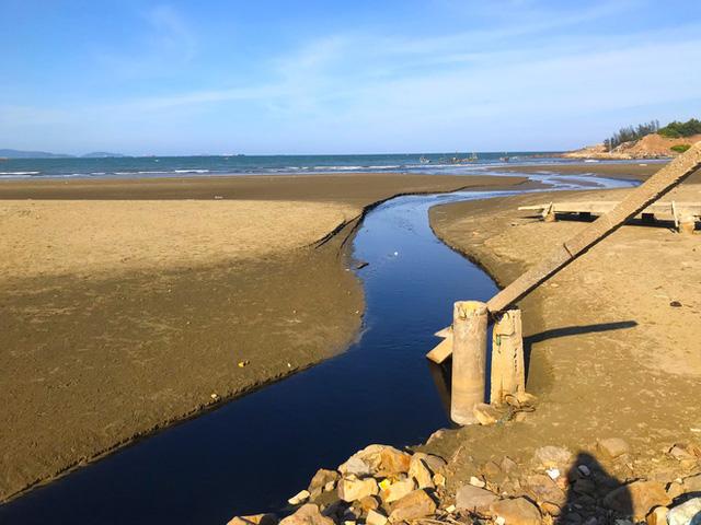 Kinh hãi với kênh nước thải đen ngòm hôi thối, xả thẳng ra biển của trại nuôi tôm ở Nghệ An  - Ảnh 4.