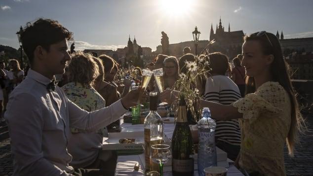 Một thành phố dựng hẳn chiếc bàn dài 488 mét để ăn mừng hết phong tỏa vì Covid-19 - Ảnh 2.