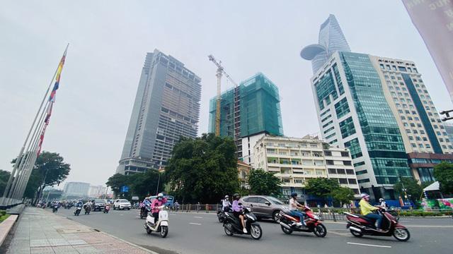 Cận cảnh cao ốc đắp chiếu, làm xấu bộ mặt trung tâm Sài Gòn  - Ảnh 2.