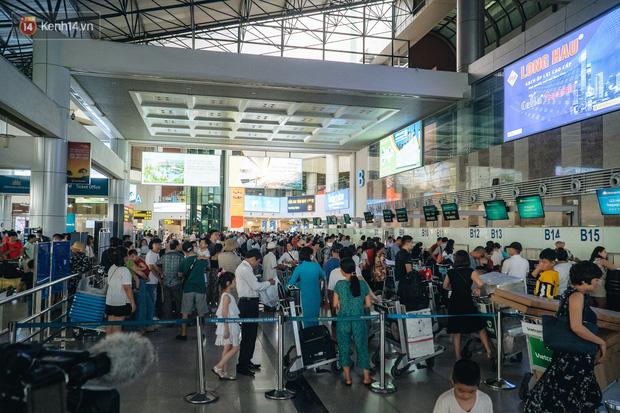 Chùm ảnh: Biển người xếp hàng, chờ làm thủ tục tại sân bay Nội Bài - Ảnh 14.