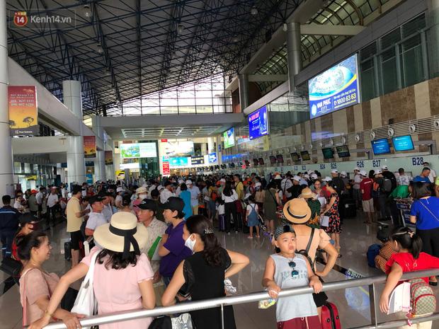 Chùm ảnh: Biển người xếp hàng, chờ làm thủ tục tại sân bay Nội Bài - Ảnh 17.