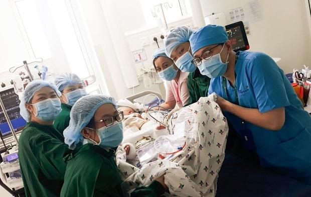Trúc Nhi và Diệu Nhi được theo dõi sức khỏe thế nào trong phòng chăm sóc đặc biệt sau mổ?  - Ảnh 2.