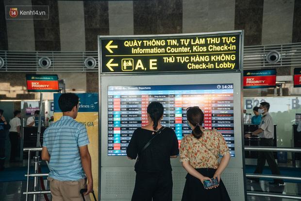 Chùm ảnh: Biển người xếp hàng, chờ làm thủ tục tại sân bay Nội Bài - Ảnh 6.