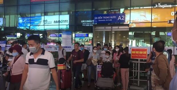 Ảnh, clip: Sân bay Đà Nẵng tấp nập người làm thủ tục, nhiều khách mua vé giờ chót - Ảnh 1.