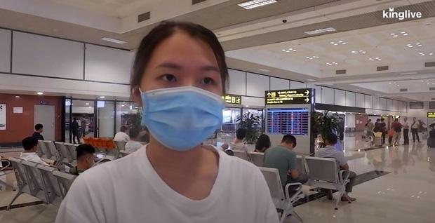 Ảnh, clip: Sân bay Đà Nẵng tấp nập người làm thủ tục, nhiều khách mua vé giờ chót - Ảnh 6.