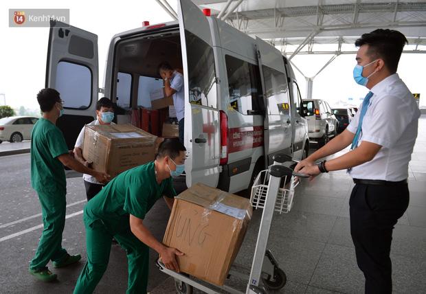 Đoàn bác sĩ sang Guinea Xích đạo đón 120 công dân nhiễm Covid-19: Đây là một thách thức lớn với chúng tôi - Ảnh 2.