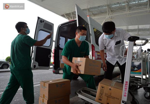 Ảnh: Bên trong chuyến bay đặc biệt đón 120 công dân nhiễm Covid-19 tại Guinea Xích đạo về nước - Ảnh 1.