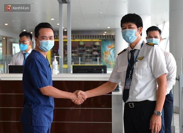 Ảnh: Bên trong chuyến bay đặc biệt đón 120 công dân nhiễm Covid-19 tại Guinea Xích đạo về nước - Ảnh 13.