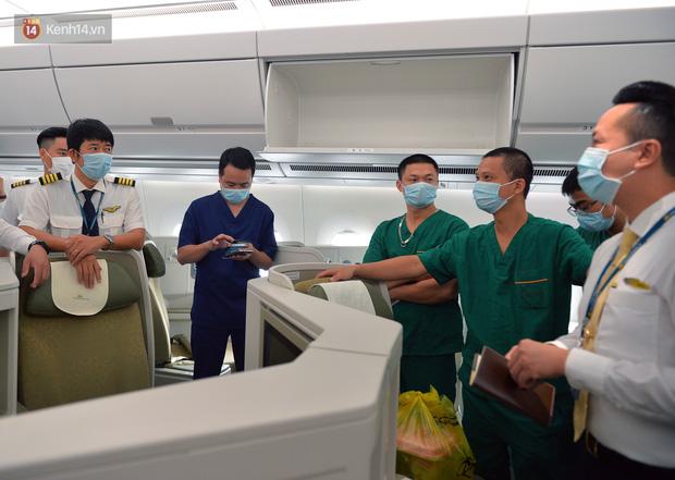 Đoàn bác sĩ sang Guinea Xích đạo đón 120 công dân nhiễm Covid-19: Đây là một thách thức lớn với chúng tôi - Ảnh 3.
