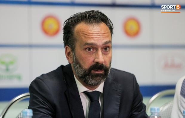 Chủ tịch CLB Việt Nam gặp rắc rối: Bị HLV Italia gọi là ông chủ tệ nhất thế giới, quyết kiện ra toà án quốc tế - Ảnh 1.