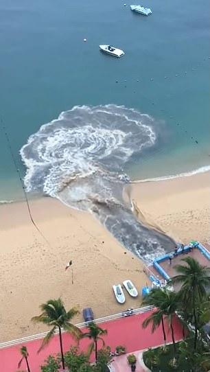 Video dòng nước thải đen ngòm xối thẳng ra biển khiến MXH dậy sóng, dân mạng phẫn nộ đòi tìm cho ra thủ phạm - Ảnh 1.