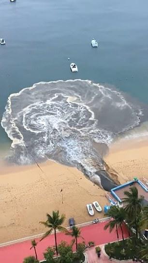 Video dòng nước thải đen ngòm xối thẳng ra biển khiến MXH dậy sóng, dân mạng phẫn nộ đòi tìm cho ra thủ phạm - Ảnh 2.