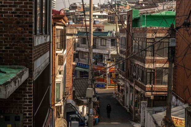 Nỗi ám ảnh cái nóng mùa hè trong những căn phòng chật hẹp khu ổ chuột Hàn Quốc, nơi người già bất lực còn người trẻ thì ôm mộng đổi đời - Ảnh 2.