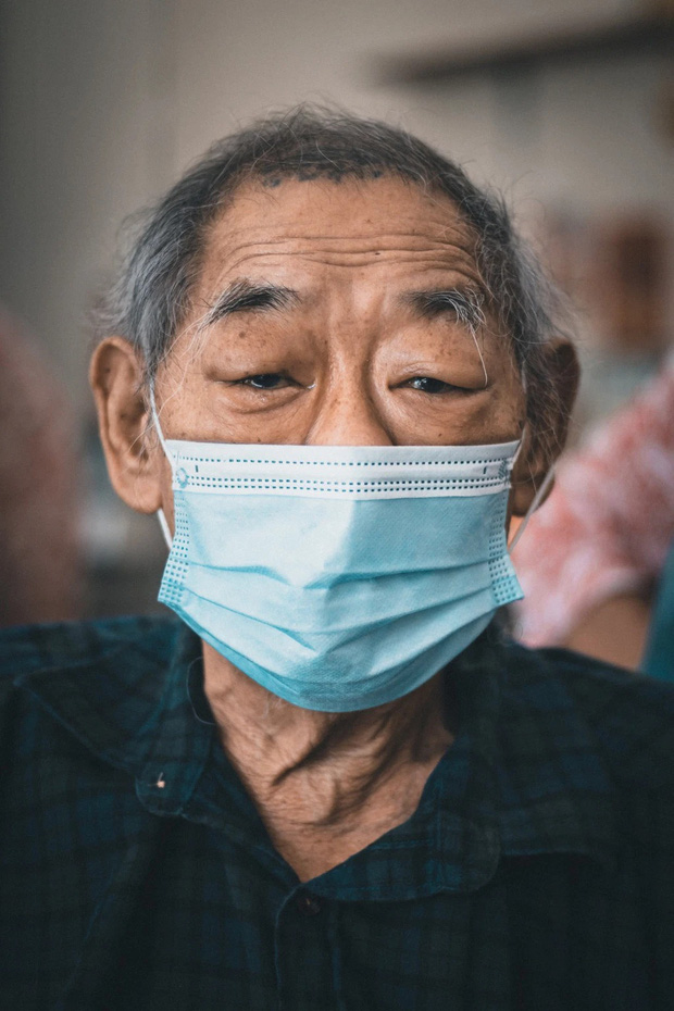 Tiệm cắt tóc hoạt động suốt 3 thập kỉ đóng cửa vĩnh viễn vì Covid-19, hình ảnh người thợ già lầm lũi ngày cuối cùng khiến nhiều người rơi nước mắt - Ảnh 1.