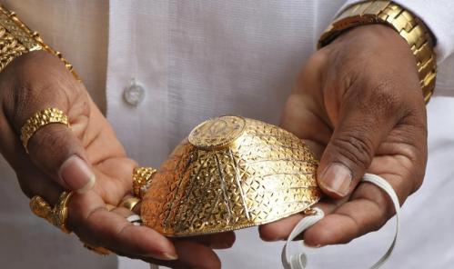 Doanh nhân Ấn Độ đeo khẩu trang bằng vàng giá 4.000 USD để chống Covid-19 - Ảnh 1.