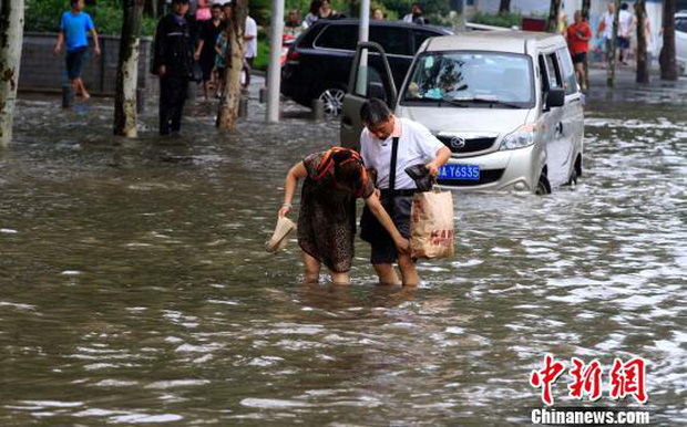 Cuộc sống lao đao của người dân Vũ Hán nửa đầu năm 2020: Dịch bệnh nguôi ngoai không bao lâu đã phải oằn mình chống lũ - Ảnh 20.