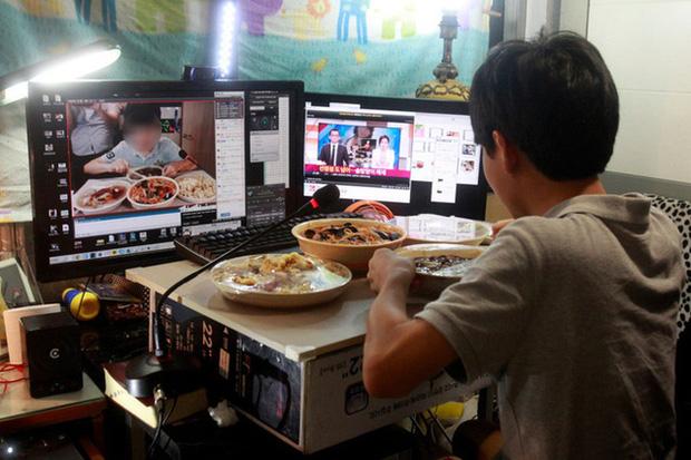 Ăn quá nhiều thịt khi quay mukbang kiếm tiền, một chàng trai ở Trung Quốc qua đời vì nồng độ lipid trong máu tăng cao - Ảnh 1.