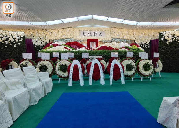 Tang lễ Vua sòng bài Macau: Tiếp tục gây chú ý với 6 tỷ đồng hoa tang và lời nhắn thâm tình của 3 bà vợ dành cho chồng quá cố - Ảnh 1.