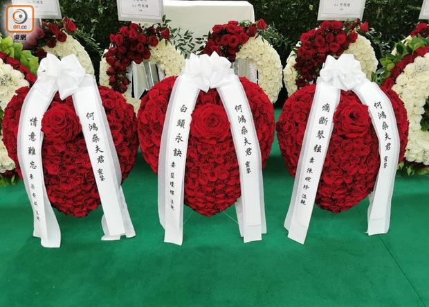 Tang lễ Vua sòng bài Macau: Tiếp tục gây chú ý với 6 tỷ đồng hoa tang và lời nhắn thâm tình của 3 bà vợ dành cho chồng quá cố - Ảnh 2.