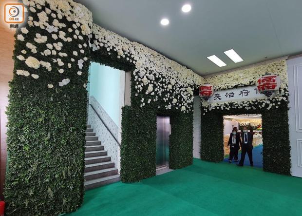 Tang lễ Vua sòng bài Macau: Tiếp tục gây chú ý với 6 tỷ đồng hoa tang và lời nhắn thâm tình của 3 bà vợ dành cho chồng quá cố - Ảnh 3.