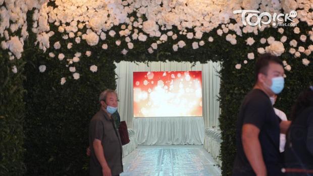 Tang lễ Vua sòng bài Macau: Tiếp tục gây chú ý với 6 tỷ đồng hoa tang và lời nhắn thâm tình của 3 bà vợ dành cho chồng quá cố - Ảnh 4.
