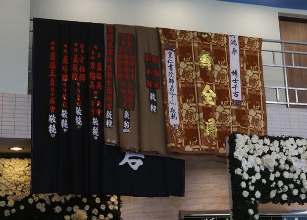Tang lễ Vua sòng bài Macau: Tiếp tục gây chú ý với 6 tỷ đồng hoa tang và lời nhắn thâm tình của 3 bà vợ dành cho chồng quá cố - Ảnh 16.
