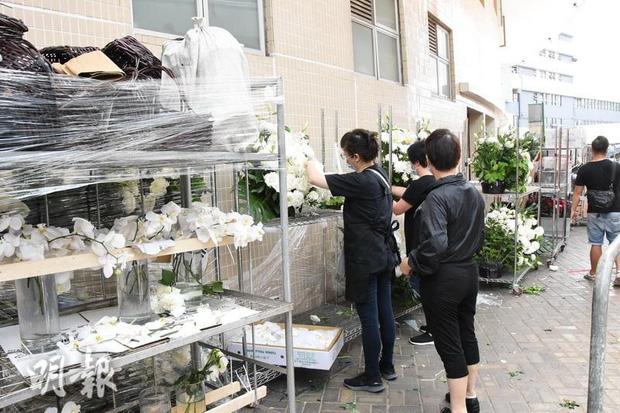Tang lễ Vua sòng bài Macau: Tiếp tục gây chú ý với 6 tỷ đồng hoa tang và lời nhắn thâm tình của 3 bà vợ dành cho chồng quá cố - Ảnh 18.