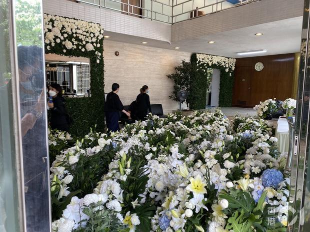 Tang lễ Vua sòng bài Macau: Tiếp tục gây chú ý với 6 tỷ đồng hoa tang và lời nhắn thâm tình của 3 bà vợ dành cho chồng quá cố - Ảnh 5.