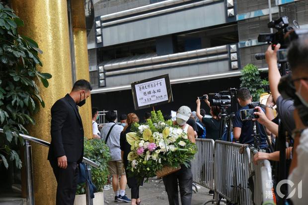 Tang lễ Vua sòng bài Macau: Tiếp tục gây chú ý với 6 tỷ đồng hoa tang và lời nhắn thâm tình của 3 bà vợ dành cho chồng quá cố - Ảnh 7.