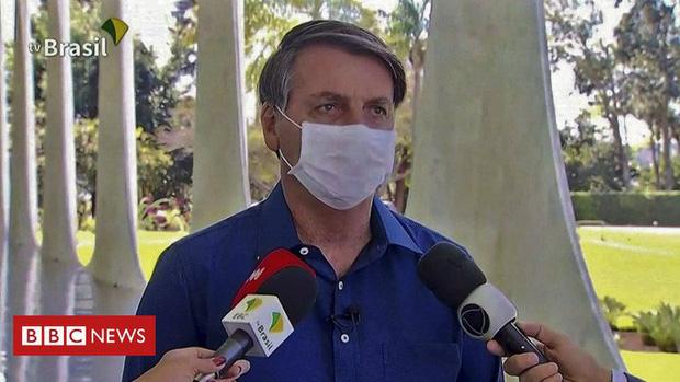 Tổng thống Brazil bị kiện vì nhiễm Covid-19 mà tháo khẩu trang - Ảnh 1.