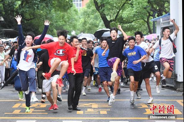 Hoàn thành môn cuối cùng của kỳ thi đại học khắc nghiệt nhất thế giới, học sinh Trung Quốc vỡ òa cảm xúc lao ra khỏi cổng trường - Ảnh 1.