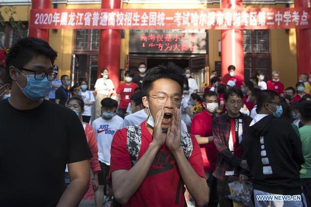 Hoàn thành môn cuối cùng của kỳ thi đại học khắc nghiệt nhất thế giới, học sinh Trung Quốc vỡ òa cảm xúc lao ra khỏi cổng trường - Ảnh 2.