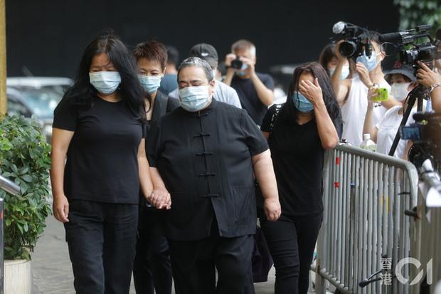 Khung cảnh tại tang lễ Vua sòng bài Macau ngày thứ 2: Người dân mang di ảnh đến viếng, quan chức cấp cao và giới doanh nhân cũng có mặt - Ảnh 1.
