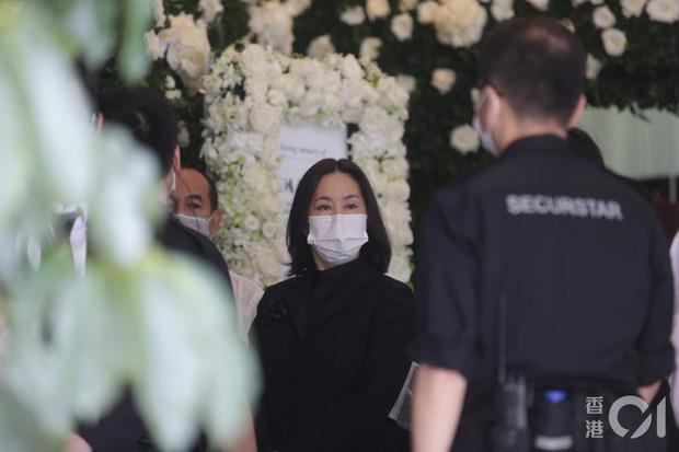 Khung cảnh tại tang lễ Vua sòng bài Macau ngày thứ 2: Người dân mang di ảnh đến viếng, quan chức cấp cao và giới doanh nhân cũng có mặt - Ảnh 2.