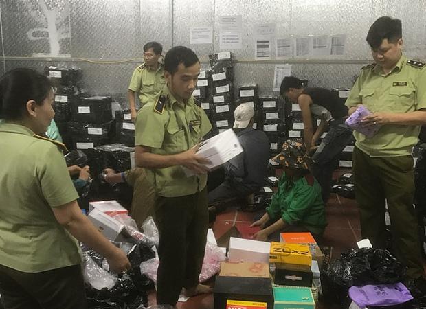 Bên trong kho hàng lậu rộng 10.000m2: Hàng trăm nghìn mặt hàng giày dép, đồng hồ, túi xách nghi giả mạo Nike, Adidas, LV, Chanel, Gucci với doanh thu 10 tỷ đồng/tháng - Ảnh 11.