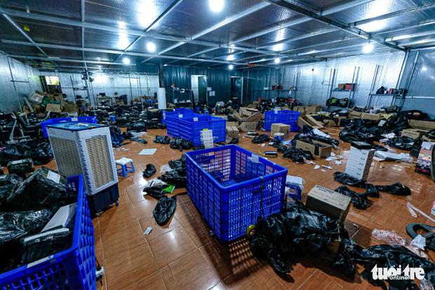 Bên trong kho hàng lậu rộng 10.000m2: Hàng trăm nghìn mặt hàng giày dép, đồng hồ, túi xách nghi giả mạo Nike, Adidas, LV, Chanel, Gucci với doanh thu 10 tỷ đồng/tháng - Ảnh 12.